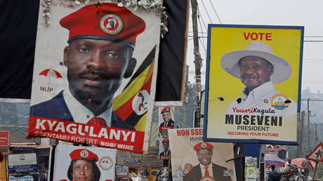 Elections billboards for Uganda's President Yoweri Museveni, and opposition leader and presidential candidate Robert Kyagulanyi, also known as Bobi Wine, are seen on a street in Kampala, Uganda January 12, 2021 © REUTERS/Baz Ratner