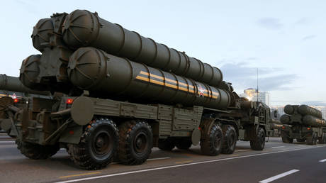 FILE PHOTO: Russian S-400 air defence mobile missile launching systems. © BELARUS - Tags: ANNIVERSARY POLITICS MILITARY