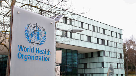 A logo of the World Health Organization outside its office building in Geneva, Switzerland, 2020. © Denis Balibouse / Reuters