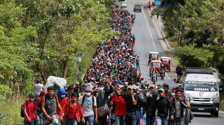 Hondurans taking part in a new caravan of migrants set to head to the United States, walk along a road in El Florido, Guatemala January 16, 2021. © REUTERS/Luis Echeverria