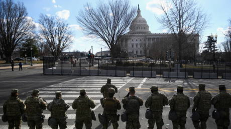 FILE PHOTO: Members of the National Guard stand guard at the US Capitol building. © REUTERS / Brandon Bell