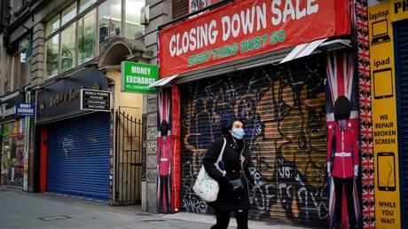 A woman wears a mask in London, Britain, January 15, 2021. © AFP / Tolga Akmen