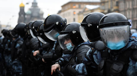 Riot police stand in formation during protests in St. Petersburg, January 23, 2021. © Olga Maltseva / AFP