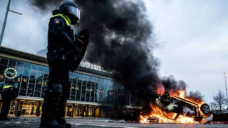 A car has been set on fire in front of the train station in Eindhoven, January 24, 2021