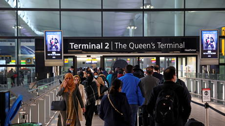People queue to enter terminal 2 at Heathrow Airport (FILE PHOTO) © REUTERS/Henry Nicholls