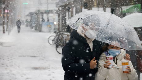 A couple wearing masks in Seoul, South Korea, January 12, 2021. © Kim Hong-ji / Reuters