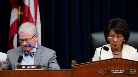 FILE PHOTO: U.S. Rep. Maxine Waters (D-CA) and Rep. Patrick McHenry (R-NC)  before a House Financial Services Committee hearing,  April 9, 2019. © REUTERS/Aaron P. Bernstein
