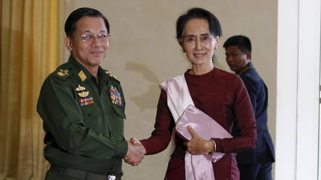 FILE PHOTO: Senior General Min Aung Hlaing (L), Myanmar's commander-in-chief, shakes hands with National League for Democracy (NLD) party leader Aung San Suu Kyi, December 2, 2015. © REUTERS/Soe Zeya Tun