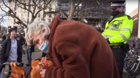 London police hassle old woman for feeding birds, tell her to 'DISPERSE' because of Covid-19 restrictions