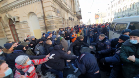 Protesters clash with police amid unsanctioned rally in Vladivostok in support of jailed anti-corruption activist Navalny (VIDEOS)