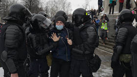 Russian policeman draws gun as pro-Navalny protesters clash with officers on streets of St. Petersburg (VIDEO)