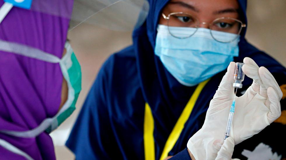 Die indonesische Regierung erhöht den Druck auf Impfverweigerer, indem sie Geldbußen und Strafen durch regionale Behörden zulässt