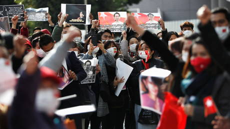 Myanmar protesters residing in Japan hold signs and photos of Aung San Suu Kyi as they rally against Myanmar's military at United Nations University in Tokyo, Japan February 1, 2021. © REUTERS/Issei Kato
