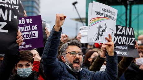 FILE PHOTO: People shout slogans during a gathering in solidarity with Bogazici University students. © REUTERS / Umit Bektas