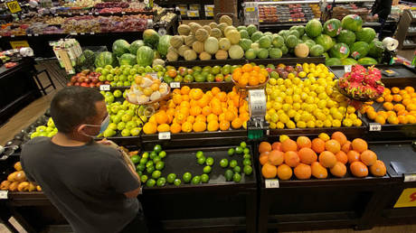 FILE PHOTO: A shopper wearing a face mask browses for fruits at grocery store in Pasadena, California, June 11, 2020 © Reuters / Mario Anzuoni