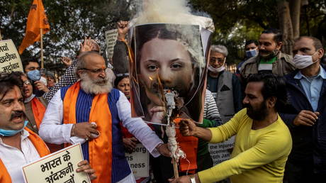 Activists from United Hindu Front burn an effigy depicting climate change activist Greta Thunberg to protest against the celebrities for commenting in support of protesting farmers, in New Delhi, India, February 4, 2021 © Reuters / Danish Siddiqui