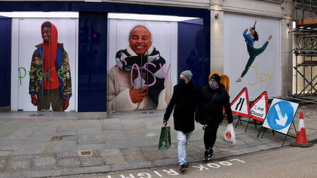 Masked shoppers in London, January 31, 2021.