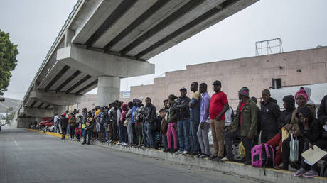 Numerous migrants from Central America queue up at a border crossing between Mexico and the USA. © Omar Martinez / picture alliance via Getty Images