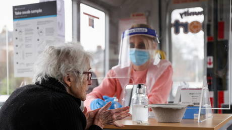 FILE PHOTO: A mobile Covid-19 test centre in Walsall, Britain on February 8, 2021 © REUTERS/Carl Recine
