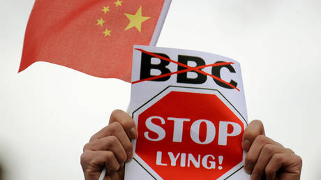 FILE PHOTO: Chinese students protest outside the BBC in Manchester, April 19, 2008 © Getty Images / Dave Thompson
