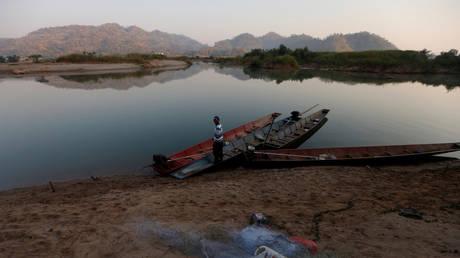 A fisherman is seen on the Mekong river bank outside Nong Khai, Thailand (FILE PHOTO) © REUTERS/Soe Zeya Tun