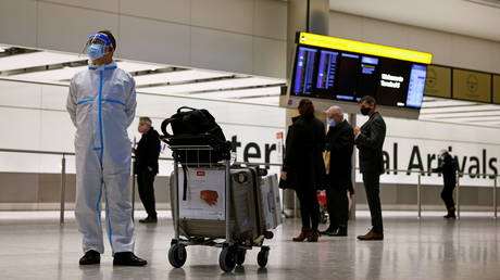 A man wears personal protective equipment (PPE) at the arrivals area, as tighter rules for international travellers start, at Heathrow Airport, amid the spread of the coronavirus disease (COVID-19) pandemic, London, Britain, January 18, 2021.  © Reuters / Henry Nicholls