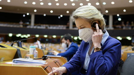 European Commission President Ursula von der Leyen adjusts her earphone during a debate on the state of play of the EU's coronavirus disease (COVID-19) vaccination strategy © REUTERS/Johanna Geron/Pool