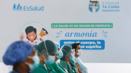 Health workers wait for a dose of the Sinopharm's coronavirus disease (Covid-19) vaccine in Lima, Peru, (FILE PHOTO) © REUTERS/Sebastian Castaneda