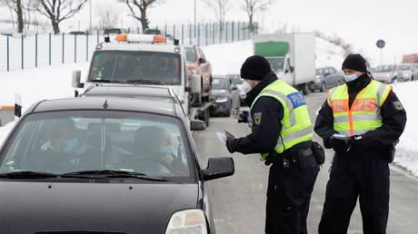 Police conduct Covid-19 checks at German border. © REUTERS/David Cerny