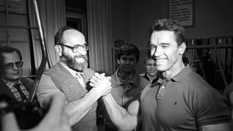 Russian bodybuilding great Yuri Vlasov (left) with strongman and Hollywood actor Arnold Schwarzenegger © Twitter / Schwarzenegger