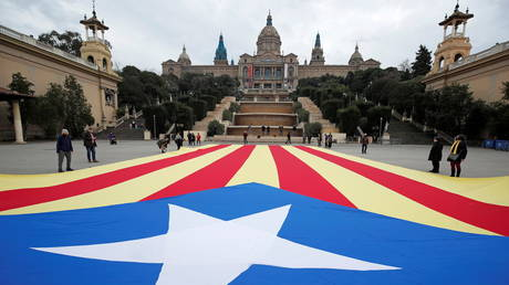 Protesters unveil a giant Catalan pro-independence flag ahead of the regional elections in Barcelona, Spain, February 12, 2021. © Albert Gea / Reuters