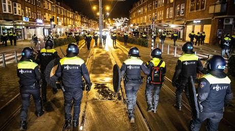 Dutch police officers patrol in the streets of Rotterdam, during the curfew time, on January 26, 2021. © STR/ANP/AFP