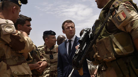 French President Emmanuel Macron visits French troops in Africa's Sahel region in Mali, 2017 © REUTERS/Christophe Petit Tesson/Pool