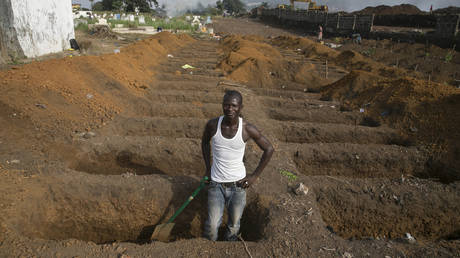 FILE PHOTO: Gravedigger at work in DR Congo. © Reuters / Frederick Murphy