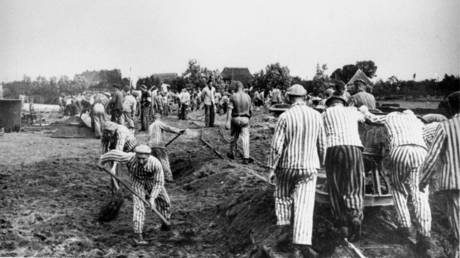 Neuengamme prisoners working on a canal of the Dove Elbe, c. 1941-1942 © Wikipedia