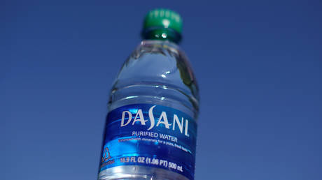 A bottle of Dasani drinking water is shown in this photo illustration, October 15, 2019. Picture taken October 15, 2019. © Reuters /  Mike Blake