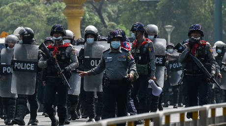 Police advance towards protesters demonstrating against the military coup in Yangon, Myanmar © Ye Aung Thu / AFP