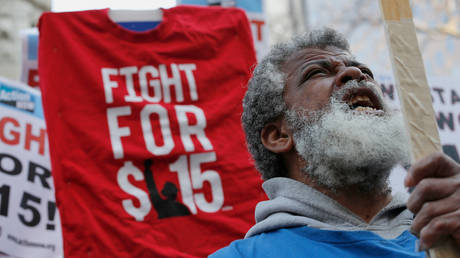FILE PHOTO: A demonstrator demands a $15-an-hour nationwide minimum wage in downtown Chicago, Illinois, April 14, 2016 © Reuters / Jim Young