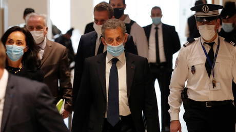 Former French President Nicolas Sarkozy, wearing a protective face mask, arrives for the verdict in his trial on charges of corruption and influence peddling, at Paris courthouse, France, March 1, 2021.  © Reuters / Gonzalo Fuentes