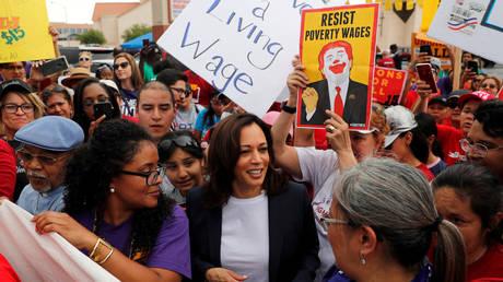 FILE PHOTO: Kamala Harris joins a demonstration with striking McDonalds workers demanding a $15 minimum wage in Las Vegas, Nevada, June 14, 2019 © Reuters / Mike Segar