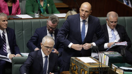 Australia's Minister for Home Affairs Peter Dutton (2nd R) speaks at Parliament as Australian Prime Minister Malcolm Turnbull (bottom L) looks at his notes in Canberra on August 20, 2018. © AFP / SEAN DAVEY
