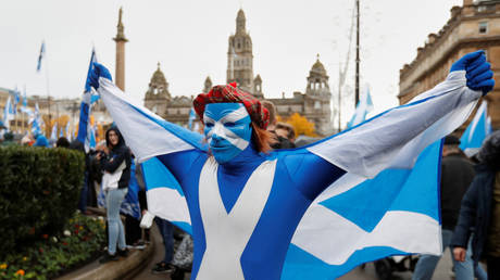 FILE PHOTO: A demonstrator holds a flag during a pro-Scottish Independence rally in Glasgow, Scotland, November 2, 2019 © Reuters / Russell Cheyne