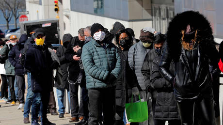 Just your average superspreader event: Americans line up in the cold for a vaccine © Reuters / Mike Segar