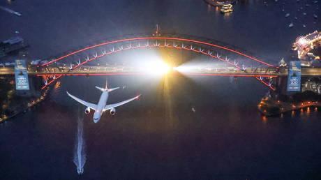 FILE PHOTO: Qantas Airways QF100 flight © Reuters