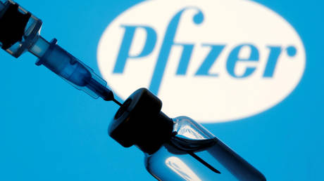 FILE PHOTO: A vial and sryinge are seen in front of a displayed Pfizer logo in this illustration taken January 11, 2021. © Reuters / Dado Ruvic