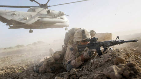 A U.S. Marine from 2nd Marine Expeditionary Brigade, RCT 2nd Battalion 8th Marines Echo Co. takes up a fighting position after off loading from a helicopter in Main Poshteh, Afghanistan. © Getty Images / Joe Raedle