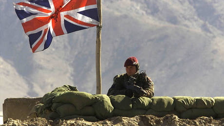 FILE PHOTO: A British paratrooper observes from his position at an ISAF military base in western Kabul, Afghanistan, January 28, 2002 © Reuters / Oleg Popov
