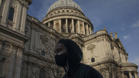 A woman wearing a face mask walks past St Paul's Cathedral on March 12, 2021 in London, United Kingdom. © Getty Images /  Dan Kitwood