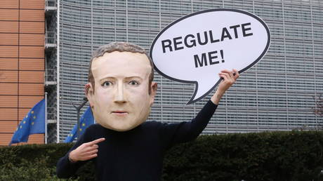 An activist wears a mask depicting the face of Facebook CEO Mark Zuckerberg during a protest in Brussels, Belgium, December 15, 2020 © Francois Walschaerts