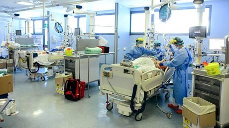 Medical staff treat Covid patients in Bergamo, Italy. (FILE PHOTO)  © AFP / Piero CRUCIATTI